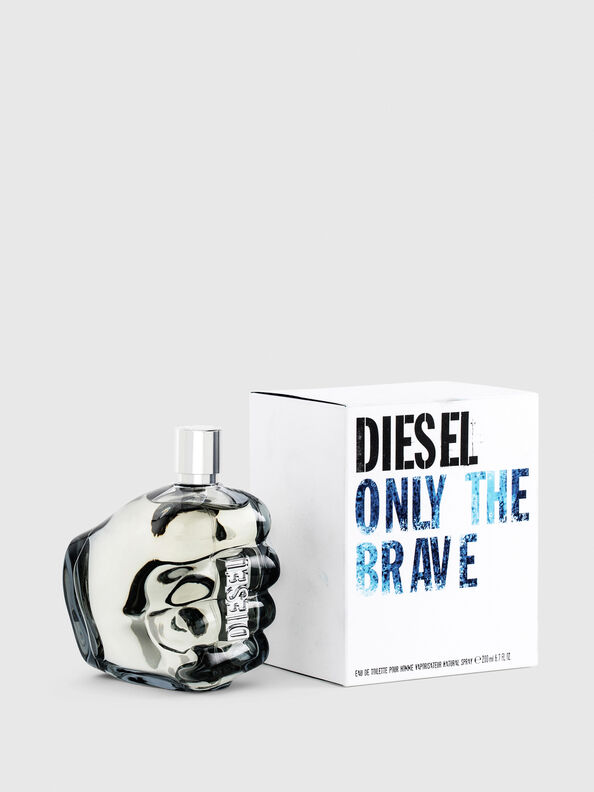https://ro.diesel.com/dw/image/v2/BBLG_PRD/on/demandware.static/-/Sites-diesel-master-catalog/default/dwa8860210/images/large/PL0305_00PRO_01_O.jpg?sw=594&sh=792